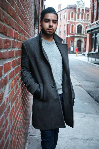Comment porter: pardessus gris foncé, pull à col rond gris, jean bleu marine, gants en cuir noirs
