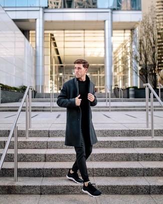 Comment porter: pardessus gris foncé, pull à col rond noir, pantalon de jogging noir, chaussures de sport noires