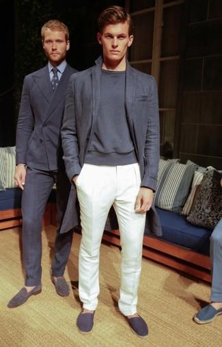 Comment porter: pardessus gris foncé, sweat-shirt gris foncé, pantalon de costume blanc, espadrilles en toile gris foncé