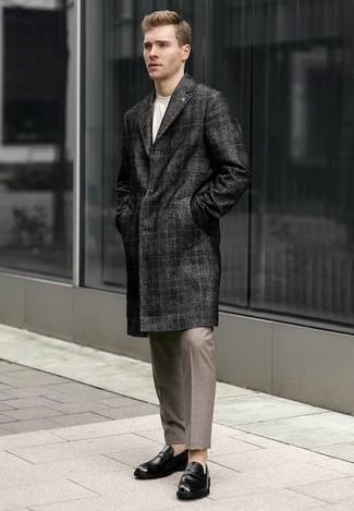 Comment porter des slippers en cuir noirs: Porte un pardessus écossais gris foncé et un pantalon chino marron clair pour aller au bureau. Une paire de des slippers en cuir noirs rendra élégant même le plus décontracté des looks.