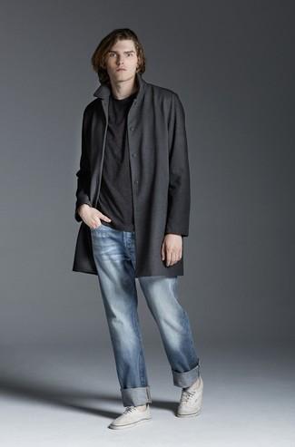 Comment porter un t-shirt à col rond gris foncé: Pour une tenue de tous les jours pleine de caractère et de personnalité opte pour un t-shirt à col rond gris foncé avec un jean bleu clair. Assortis ce look avec une paire de des baskets basses en toile blanches.