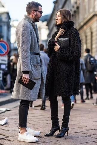 Comment porter: pardessus à chevrons gris, jean skinny noir, baskets basses en toile blanches, ceinture en cuir noire