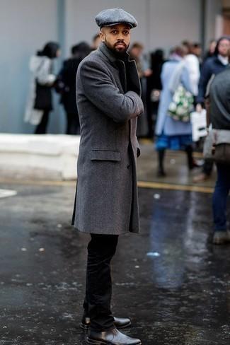 Comment porter une casquette plate grise: Pour une tenue aussi confortable que ton canapé, opte pour un pardessus gris avec une casquette plate grise. Jouez la carte classique pour les chaussures et complète cet ensemble avec une paire de des bottines chelsea en cuir gris foncé.
