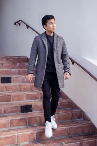 Comment porter des baskets basses blanches à 20 ans: Marie un pardessus gris avec un pantalon chino noir pour un look idéal au travail. Tu veux y aller doucement avec les chaussures? Opte pour une paire de des baskets basses blanches pour la journée.