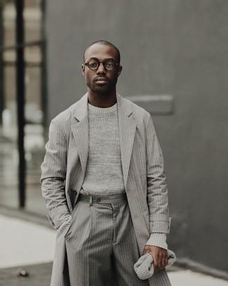 Un pull à col rond gris hommes Anvil et un pantalon de costume à rayures verticales gris sont un choix de tenue idéale à avoir dans ton arsenal.