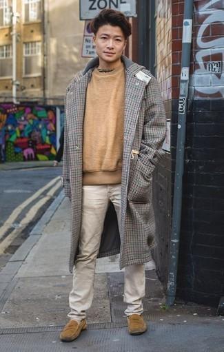 Comment porter un pardessus à carreaux gris: L'association d'un pardessus à carreaux gris et d'un pantalon chino beige est parfaite pour une soirée ou les occasions chic et décontractées. Assortis cette tenue avec une paire de des slippers en daim marron clair pour afficher ton expertise vestimentaire.