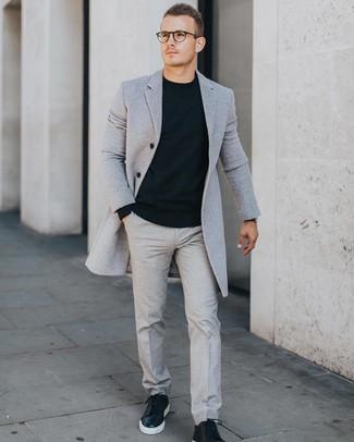 Comment porter: pardessus gris, pull à col rond noir, pantalon de costume gris, baskets basses en cuir noires