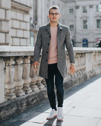 Comment porter: pardessus gris, pull à col rond rose, jean skinny bleu marine, baskets basses blanches