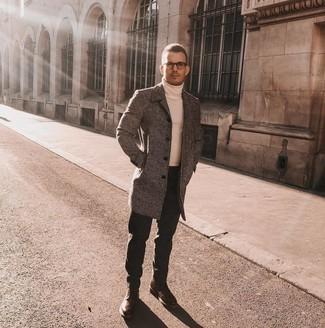 Comment porter: pardessus gris, pull à col roulé blanc, jean noir, bottes brogue en cuir marron