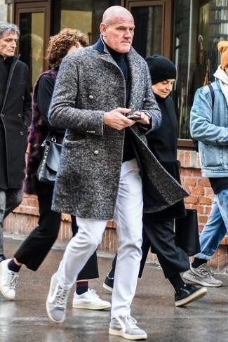 Comment porter un pardessus à chevrons gris: Essaie d'harmoniser un pardessus à chevrons gris avec un jean blanc pour créer un look chic et décontracté. D'une humeur créatrice? Assortis ta tenue avec une paire de des baskets basses en toile grises.