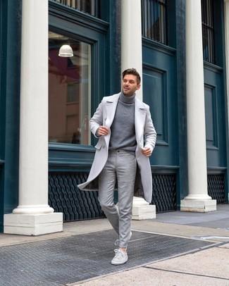 Comment porter: pardessus gris, pull à col roulé gris, pantalon de costume en laine gris, baskets basses en daim grises