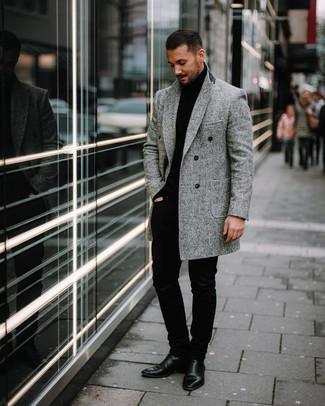 Comment porter: pardessus à chevrons gris, pull à col roulé noir, pantalon chino noir, bottines chelsea en cuir noires