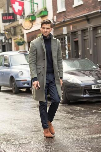 Comment porter: pardessus gris, pull à col roulé en tricot noir, pantalon de costume noir, bottines chukka en daim marron clair