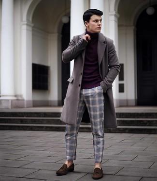 Comment s'habiller quand il fait frais: Pense à harmoniser un pardessus gris avec un pantalon chino écossais bleu si tu recherches un look stylé et soigné. Termine ce look avec une paire de mocassins à pampilles en daim marron foncé pour afficher ton expertise vestimentaire.