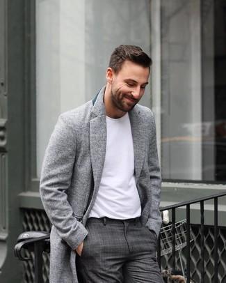 Comment porter: pardessus gris, t-shirt à col rond blanc, pantalon de costume écossais gris foncé