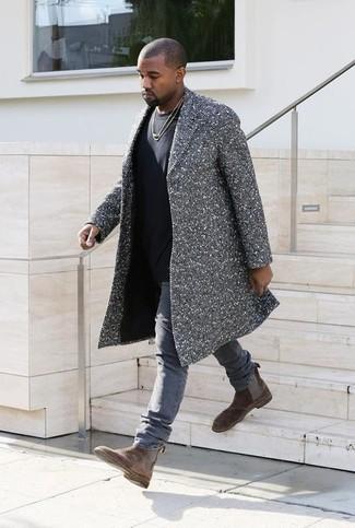 Tenue de Kanye West: Pardessus à chevrons gris, T-shirt à col rond noir, Jean gris, Bottines chelsea en daim marron