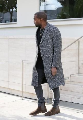 Tenue de Kanye West: Pardessus gris, T-shirt à col rond noir, Jean skinny gris, Bottines chelsea en daim marron foncé