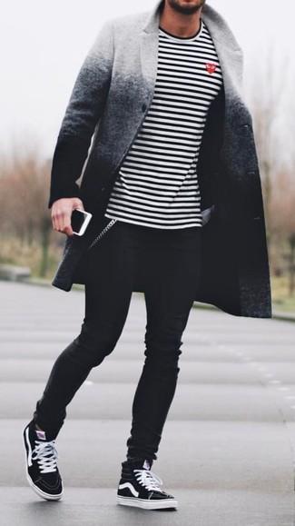 Comment porter: pardessus ombre gris, t-shirt à manche longue à rayures horizontales blanc et noir, jean skinny noir, baskets montantes noires