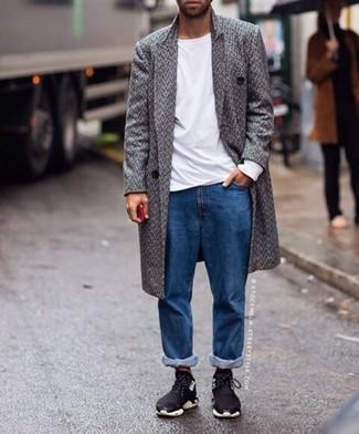 Comment porter: pardessus à chevrons gris, t-shirt à manche longue blanc, jean bleu, chaussures de sport noires