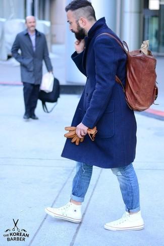 Comment porter: pardessus bleu marine, jean déchiré bleu, baskets montantes blanches, sac à dos en cuir bordeaux