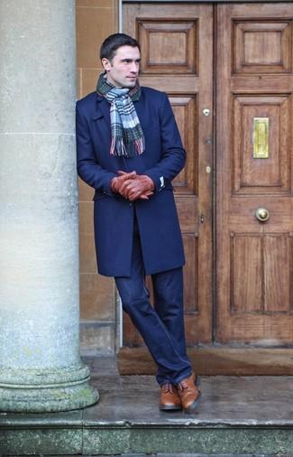 Comment porter: pardessus bleu marine, jean bleu marine, bottes brogue en cuir marron, écharpe écossaise bleue