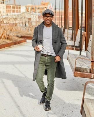Comment porter une casquette plate: Opte pour un pardessus à chevrons gris foncé avec une casquette plate pour un look confortable et décontracté. Transforme-toi en bête de mode et fais d'une paire de bottes de loisirs en cuir noires ton choix de souliers.