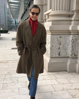 Comment porter un jean bleu: Harmonise un pardessus à carreaux marron avec un jean bleu pour achever un look habillé mais pas trop. Apportez une touche d'élégance à votre tenue avec une paire de bottines chelsea en daim marron foncé.