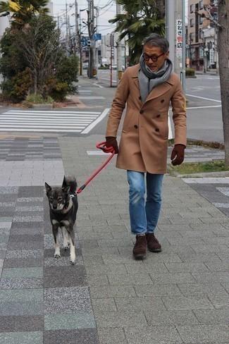 Comment porter une écharpe grise: Marie un pardessus marron clair avec une écharpe grise pour une tenue relax mais stylée. Ajoute une paire de des bottines chukka en daim marron foncé à ton look pour une amélioration instantanée de ton style.