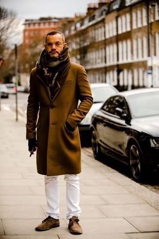 Comment s'habiller après 40 ans: Marie un pardessus marron avec un jean blanc pour achever un look habillé mais pas trop. Jouez la carte décontractée pour les chaussures et fais d'une paire de bottines chukka en daim marron ton choix de souliers.