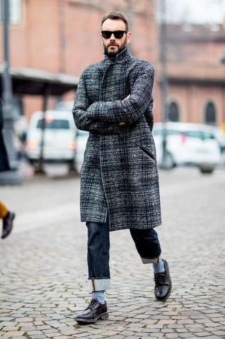 Comment porter: pardessus gris, jean bleu marine, chaussures brogues en cuir noires, lunettes de soleil noires