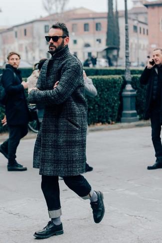 Comment porter: pardessus écossais gris foncé, jean bleu marine, chaussures brogues en cuir noires, lunettes de soleil noires
