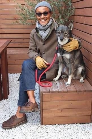 Comment porter: pardessus marron, jean bleu, chaussures derby en cuir marron foncé, bonnet gris