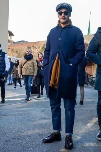 Comment s'habiller en hiver: Essaie de marier un pardessus bleu marine avec un jean bleu marine pour prendre un verre après le travail. Jouez la carte classique pour les chaussures et termine ce look avec une paire de des chaussures derby en cuir noires. La tenue est totalement hivernale.