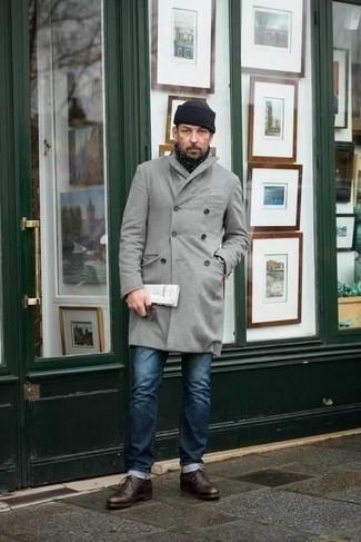 Comment porter un pardessus gris: Associe un pardessus gris avec un jean bleu marine pour créer un look chic et décontracté. Assortis cette tenue avec une paire de des chaussures richelieu en cuir marron foncé pour afficher ton expertise vestimentaire.
