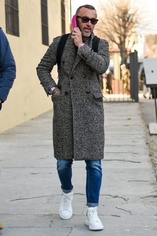 Comment porter un pardessus à chevrons gris foncé: Pense à porter un pardessus à chevrons gris foncé et un jean skinny déchiré bleu pour une tenue idéale le week-end. Fais d'une paire de des baskets basses en cuir blanches ton choix de souliers pour afficher ton expertise vestimentaire.