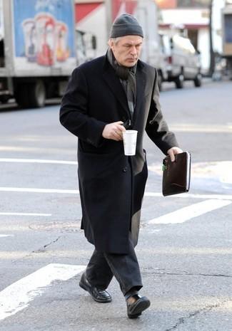Comment porter: pardessus noir, jean gris foncé, slippers en cuir noirs, bonnet gris