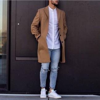 Comment porter: pardessus marron, chemise de ville blanche, jean skinny déchiré bleu clair, baskets basses en cuir blanches