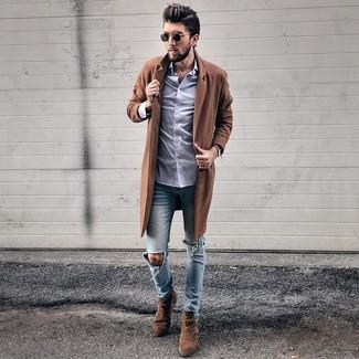 Comment porter: pardessus marron, chemise de ville violet clair, jean skinny déchiré bleu clair, bottines chelsea en daim marron foncé
