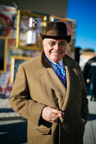 Comment porter: pardessus marron clair, chemise de ville blanche, chapeau en laine marron foncé, cravate á pois bleue