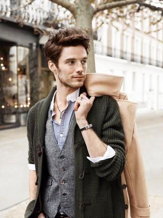Comment porter: pardessus marron clair, duffel-cardigan vert foncé, gilet en laine gris, chemise à manches longues grise