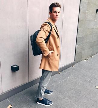 Comment porter: pardessus marron clair, pantalon chino à rayures verticales gris, baskets basses en cuir bleu marine, sac à dos en cuir bleu marine