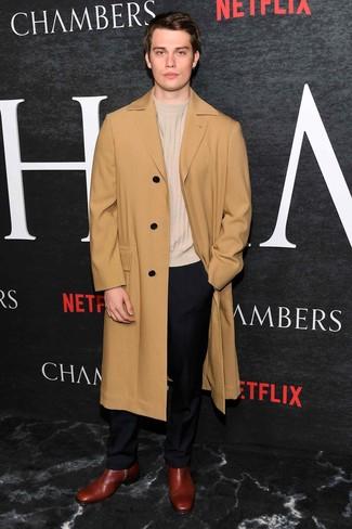 Comment porter: pardessus marron clair, pull à col rond beige, pantalon de costume noir, bottines chelsea en cuir bordeaux