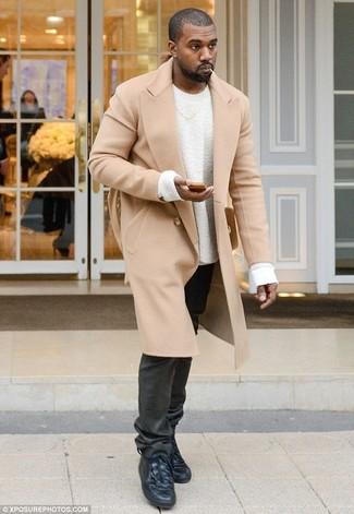Tenue de Kanye West: Pardessus marron clair, Pull à col rond blanc, Jean noir, Baskets montantes en cuir noires