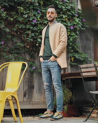 Comment porter: pardessus marron clair, pull à col rond vert foncé, jean déchiré bleu clair, baskets basses vert foncé