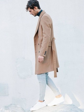 Comment porter: pardessus marron clair, pull à col roulé bleu marine, pantalon de jogging gris, baskets basses blanches