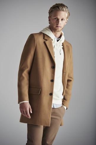 Comment porter: pardessus marron clair, sweat à capuche beige, chemise de ville grise, pantalon chino marron