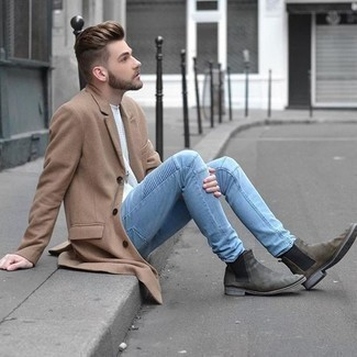 Tendances mode hommes: Associe un pardessus marron clair avec un jean bleu clair pour créer un look chic et décontracté. Jouez la carte classique pour les chaussures et termine ce look avec une paire de des bottines chelsea en daim grises.