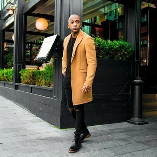 Comment s'habiller pour un style decontractés quand il fait froid: Associe un pardessus marron clair avec un jean skinny déchiré noir pour obtenir un look relax mais stylé. Jouez la carte classique pour les chaussures et assortis cette tenue avec une paire de bottines chelsea en cuir noires.