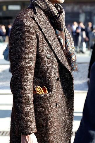 Comment porter: pardessus marron, écharpe imprimée marron, gants en cuir orange