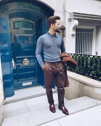 Comment porter: pardessus marron, polo gris, pantalon de costume marron, mocassins à pampilles en cuir bordeaux